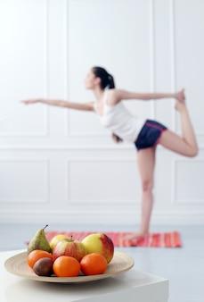 Estilo de vida. hermosa chica durante el ejercicio de yoga