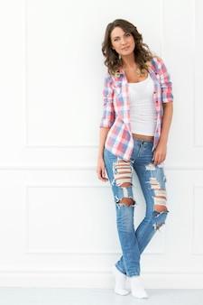 Estilo de vida. hermosa chica en jeans