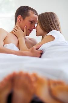 Estilo de vida. hermosa pareja en cama