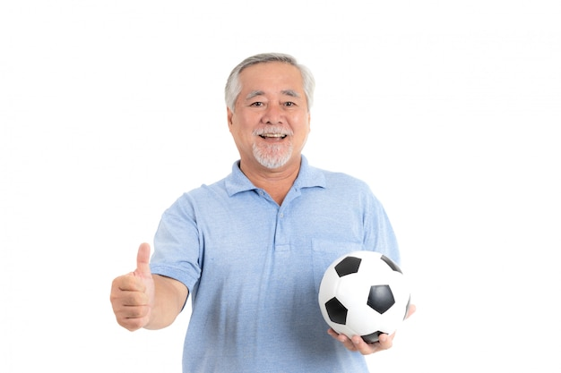Estilo de vida del hombre mayor se siente feliz sosteniendo un balón de fútbol para el equipo favorito de cheer
