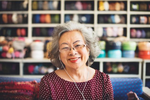 Estilo de vida de una mujer asiática senior