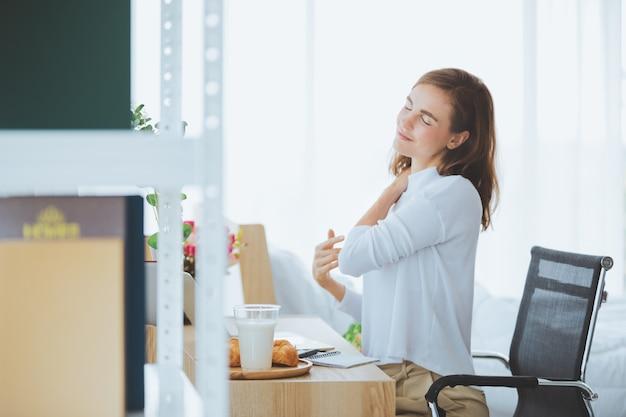 Estilo de vida de la mujer que trabaja escribiendo en la computadora portátil en la habitación con estilo en casa