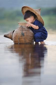 Estilo de vida de niño de pesca en tailandia
