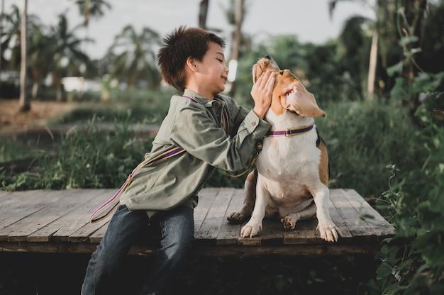 Estilo de vida de niños y perros en el parque. niño junto con mascota como mejor amigo. actividad al aire libre en vacaciones de verano.