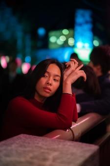 Estilo de vida de la noche en la ciudad con mujer joven.