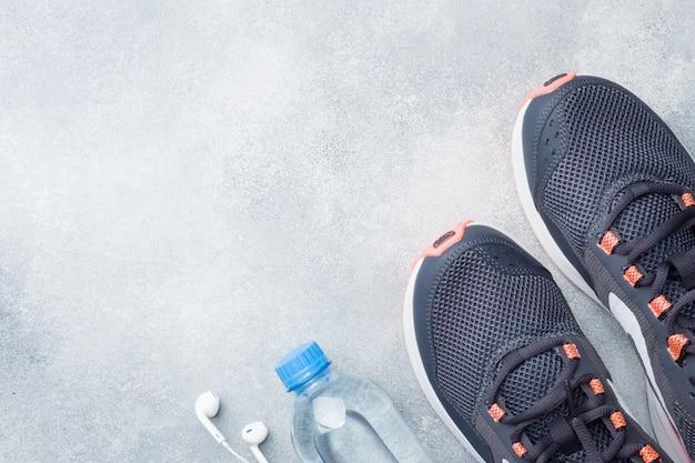 Estilo de vida saludable, comida y agua, equipamiento para deportistas.
