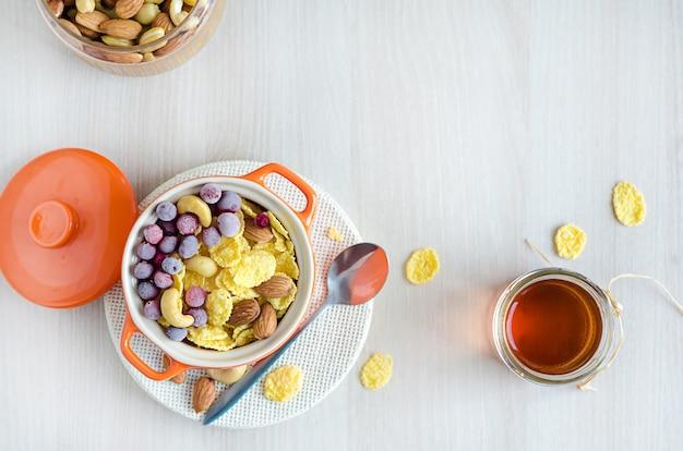 Estilo de vida saludable. desayuno nutritivo en madera blanca