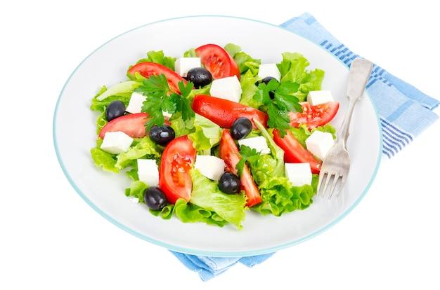 Estilo de vida saludable. ensalada de dieta vegetal con aceitunas y queso de cabra en blanco