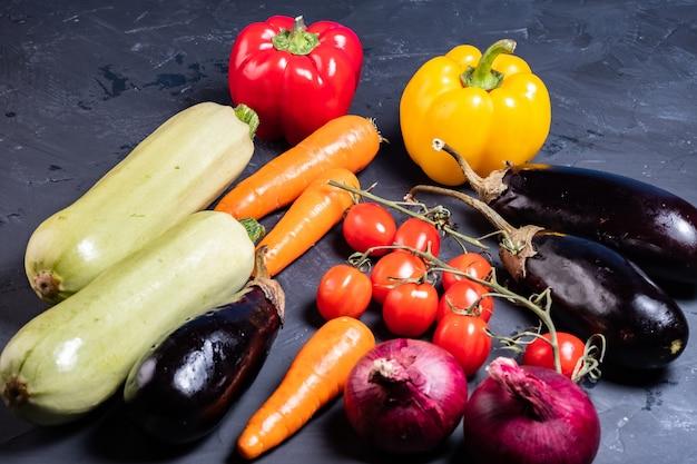 Un estilo de vida saludable de las verduras, berenjena, pimiento, cebolla.