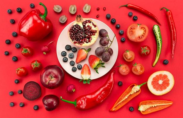 Estilo de vida saludable con verduras rojas y vista superior de frutas