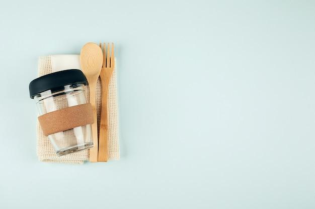 Estilo de vida sostenible. concepto libre de plástico, cero residuos. juego de bolsa ecológica, taza de café reutilizable. endecha plana