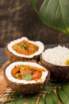 Estofado y arroz en platos de coco alta vista