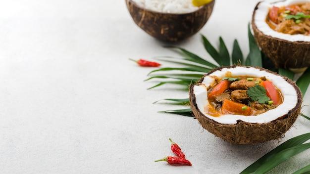 Estofado y arroz en platos de coco con jalapeños