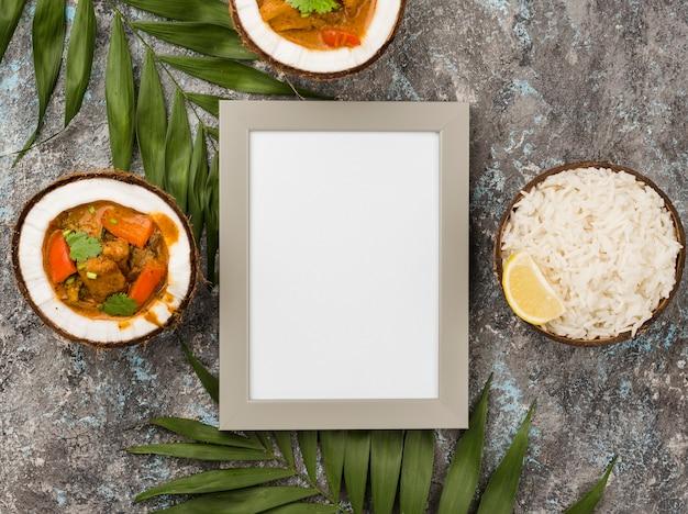 Estofado y arroz en platos de coco con marco vacío