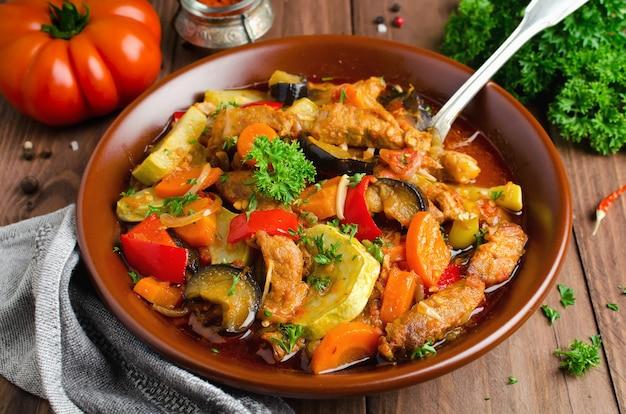 Estofado de carne con berenjenas, zanahorias, cebollas, pimientos y calabacín