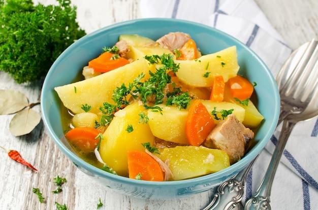 Estofado de carne con papas y zanahorias