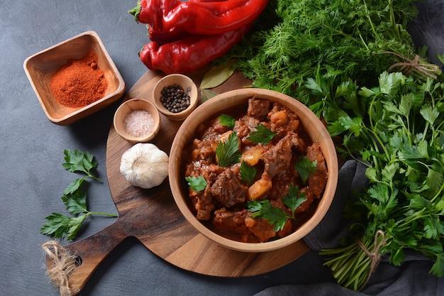 Estofado de carne de vacuno tradicional húngaro gulash o sopa con verduras y salsa de tomate