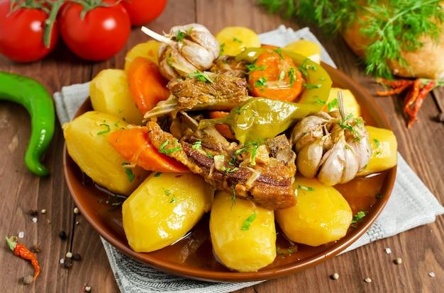 Estofado de cocción lenta con carne tierna de cordero, papas y verduras.