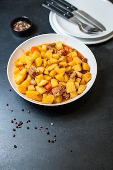 Estofado de patatas estofado y carne asada segundo plato porción de verduras