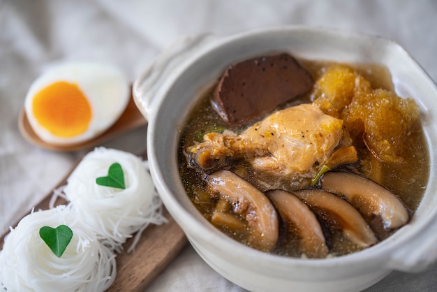 Estofado de pescado en salsa de salsa roja con pollo, brotes de bambú y champiñones shiitake