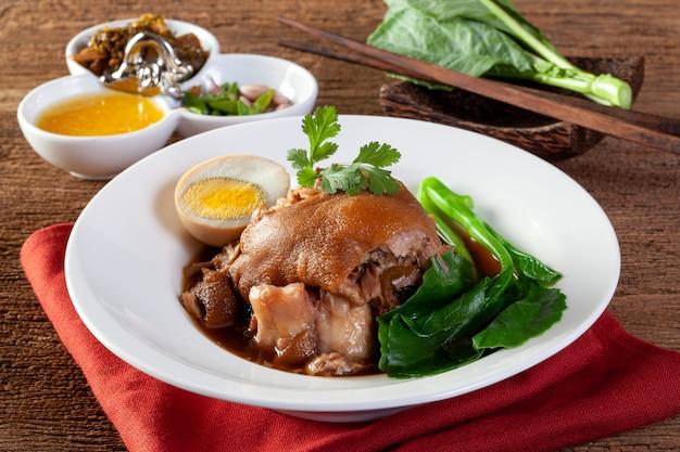 Estofado de pierna de cerdo con salsa de salsa dulce estilo comida china.