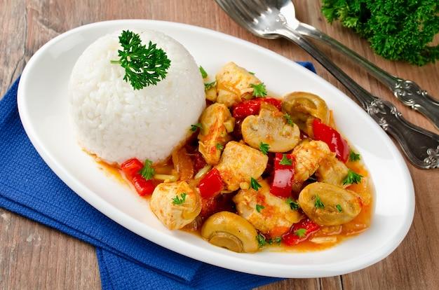 Estofado de pollo con champiñones servido con arroz