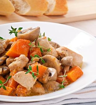 Estofado de pollo con verduras y champiñones en salsa de crema