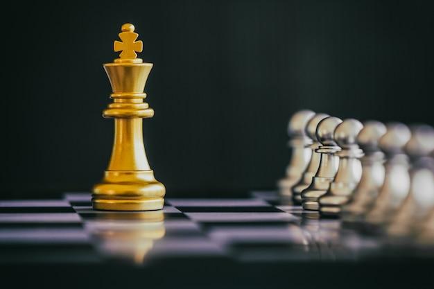 Estrategia de batalla de ajedrez juego de desafío de inteligencia en el tablero de ajedrez.