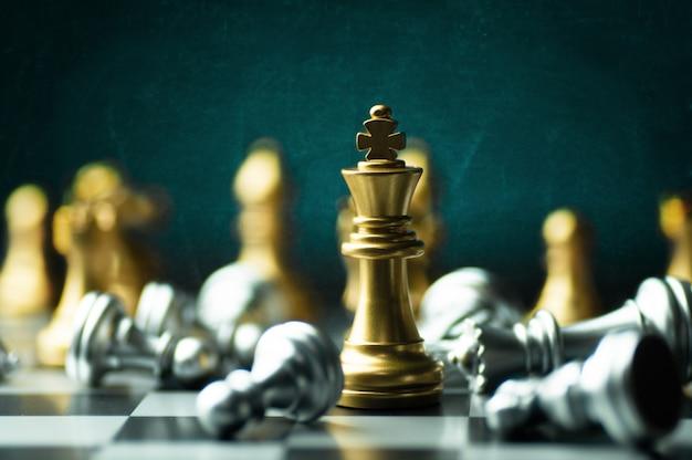 Estrategia de idea y concepto de negocio de competencia confidencial, piezas de ajedrez de king a bordo