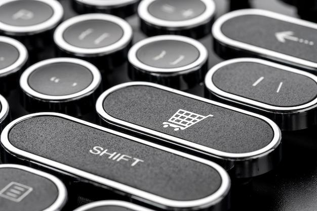 Estrategia de negocios, marketing y compras en línea en el teclado de la computadora