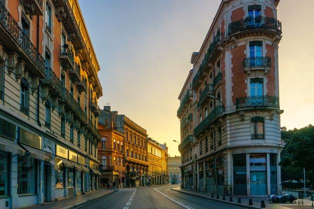 Estrecha calle histórica con edificios antiguos en toulouse, francia
