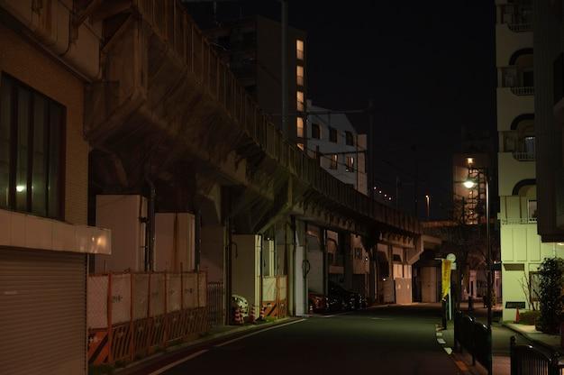 Estrecha calle de japón por la noche