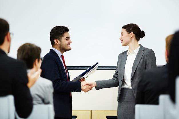 Estrecharle la mano al orador