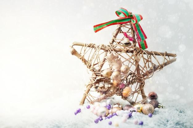 Estrella artificial decorada en día soleado de invierno. fondo de concepto de feliz navidad.