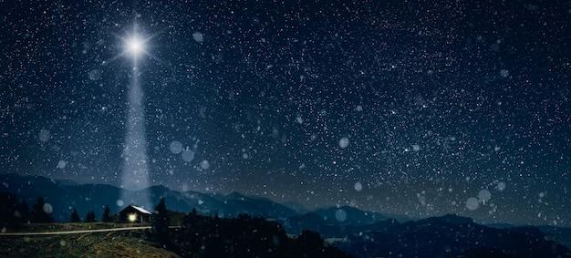 La estrella brilla sobre el pesebre de navidad de jesucristo.