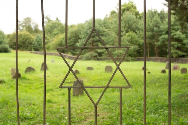 Estrella de david en la reja de hierro del antiguo cementerio judío