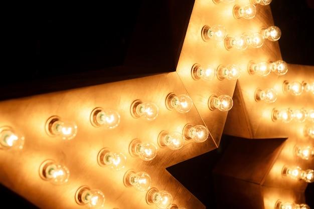 Estrella decorativa con lámparas en la oscuridad