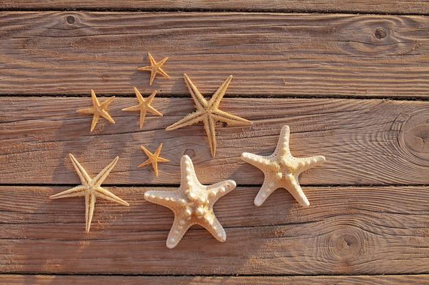 Estrella de mar en un muelle de madera vertida sobre una plataforma de madera. concepto de vacaciones de verano. vacaciones junto al mar.