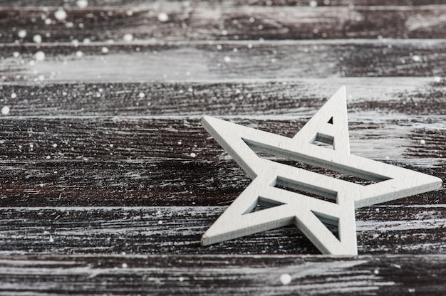 Estrella de navidad en mesa de madera