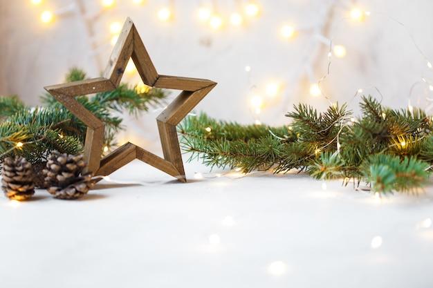Estrella de navidad, ramas de abeto, decoraciones de año nuevo, bloc de notas en la luz