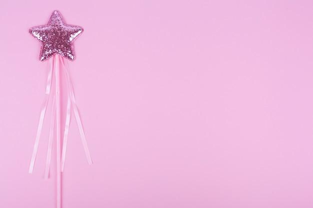Estrella en palo con copia espacio fondo violeta