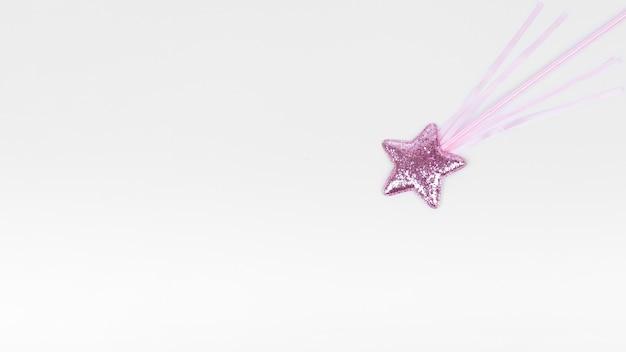 Estrella violeta con palo sobre fondo blanco copia espacio