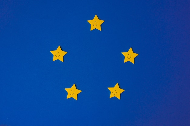 Estrellas amarillas contra el cielo azul de la noche. documento de solicitud a la derecha. copyspace pronóstico del tiempo