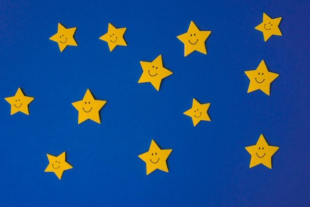 Estrellas amarillas contra el cielo azul de la noche. documento de solicitud a la derecha.