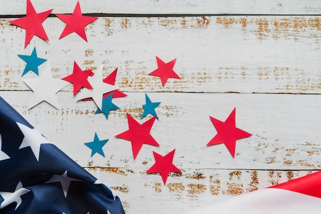 Estrellas y bandera americana sobre fondo de madera.