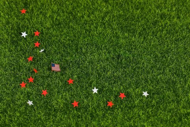 Estrellas y bandera en la hierba