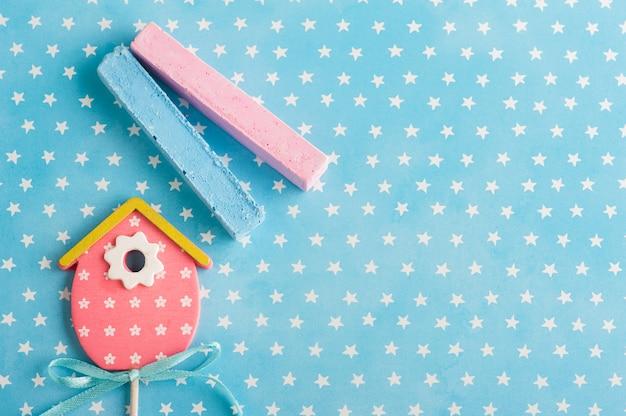 Estrellas blancas azules con casa de pájaro rosa