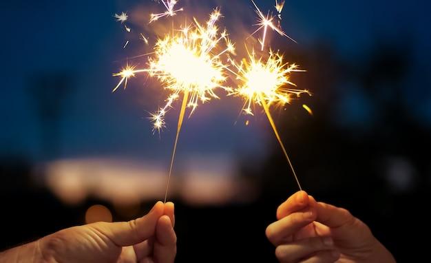 Estrellas brillantes ardiendo en la noche. película adecuada para satisfacer celebraciones y fiestas.