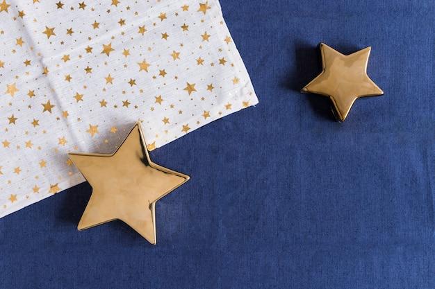 Estrellas brillantes con servilleta en mesa