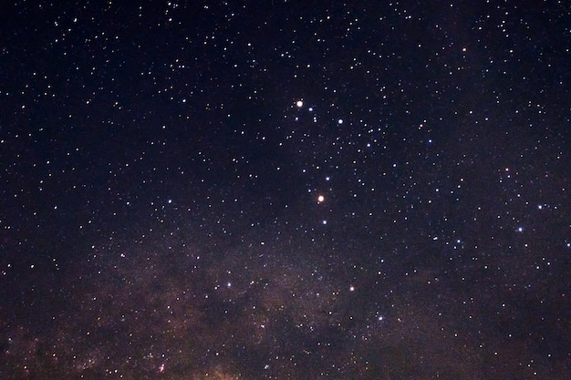 Estrellas brillantes con vía láctea en el cielo nocturno.